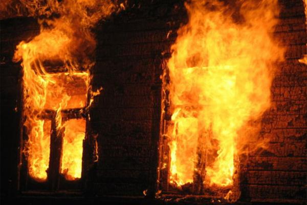 На Буковині внаслідок пожежі ледь не загинула людина