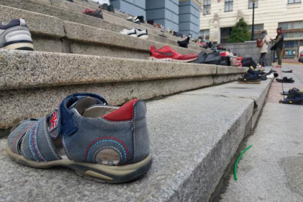Чернівчани принесли під Ратушу 100 пар взуття (відео)