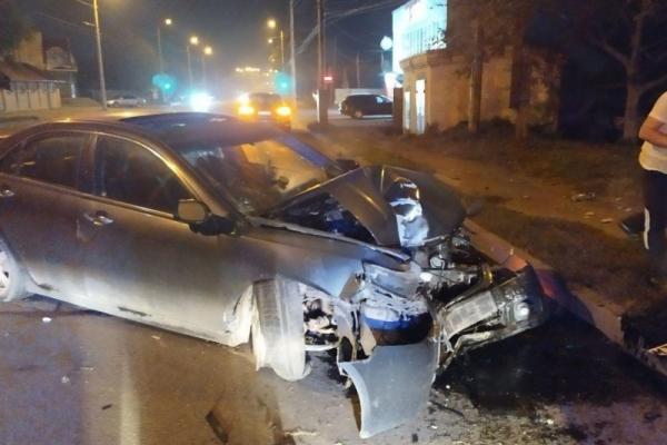Аби не збити людину, водій легковика врізався в опору у Чернівцях