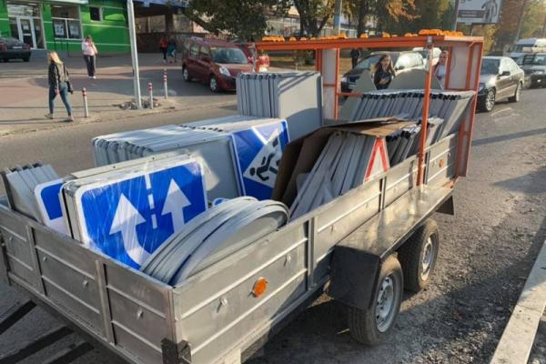 Чернівцях на проспекті Незалежності встановлюють нові дорожні знаки