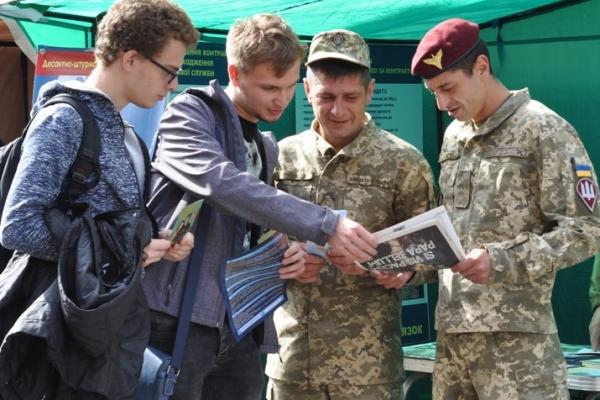 Буковинців запрошують укладати контракт на службу в ЗСУ