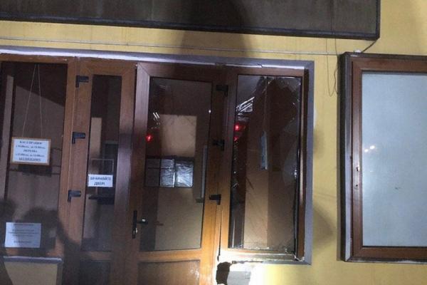 Нетверезий водій у Чернівцях врізався у будівлю театральної каси