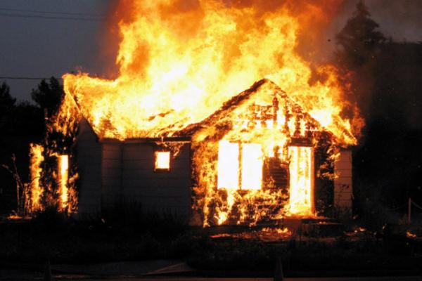 На Буковині через багаття ледь не згорів житловий будинок