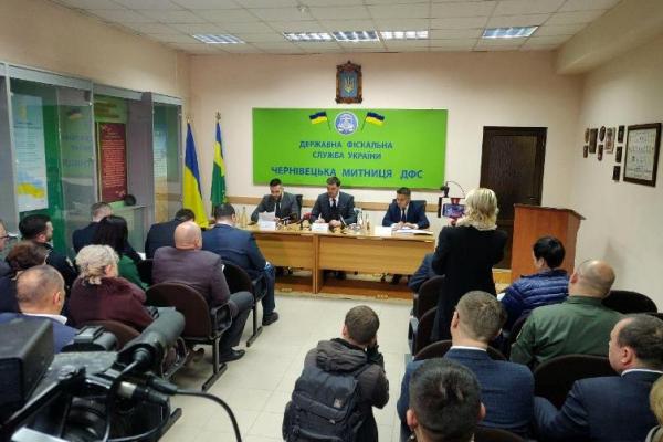 Прем'єр-міністр України зустрівся з буковинськими митниками