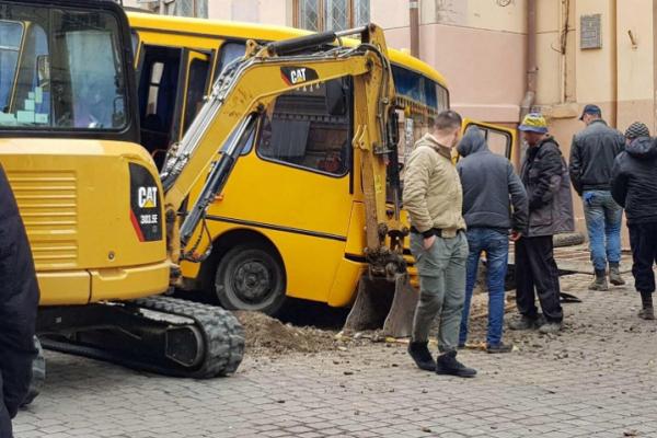 У Чернівцях шкільний автобус з учнями влетів у яму (фото)