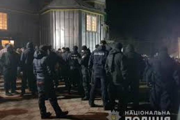 На Буковині стався жорсткий конфлікт між вірянами. У церкві розпилили сльозогінний газ