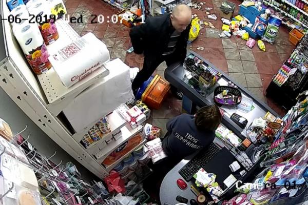 На Буковині неадекватний чоловік побив чотирьох жінок та відвідувачів магазину (відео)