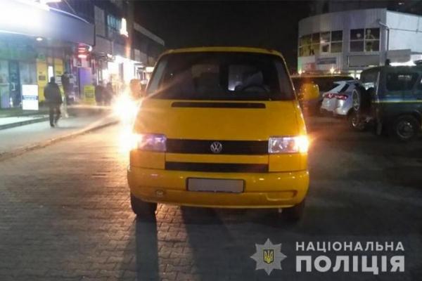 У Чернівцях водій мікроавтобуса збив пенсіонерку