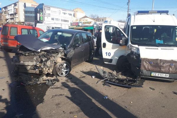 Вчора у Чернівцях сталася ДТП за участі карети швидкої допомоги (фото)