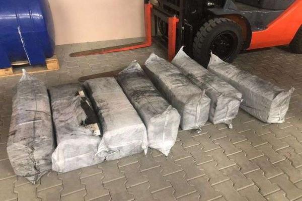 На Буковині прикордонники виявили контрабандні цигарки у фурі з вугіллям (відео)