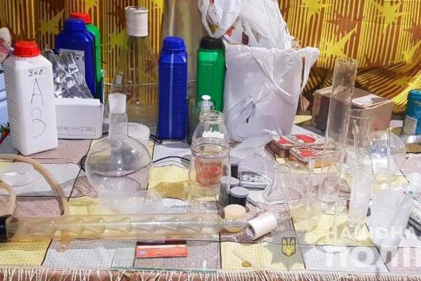 На Новоселиччині жінка облаштувала нарколабораторію з виготовлення амфетаміну (фото)