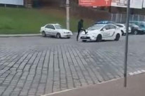 У Чернівцях молодик пробігся по авто патрульних заради соцмереж