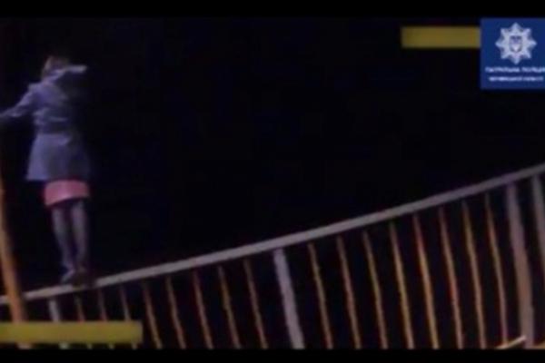 На Буковині жінка намагалася стрибнути з мосту, що межує із Заліщиками (відео)