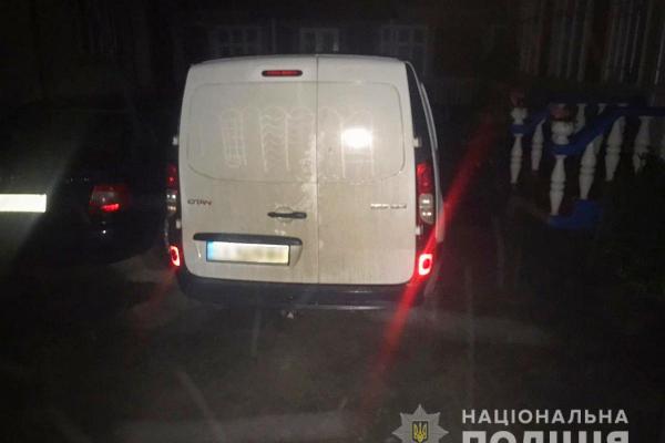 Буковинські правоохоронці розшукали чоловіка, який викрав авто