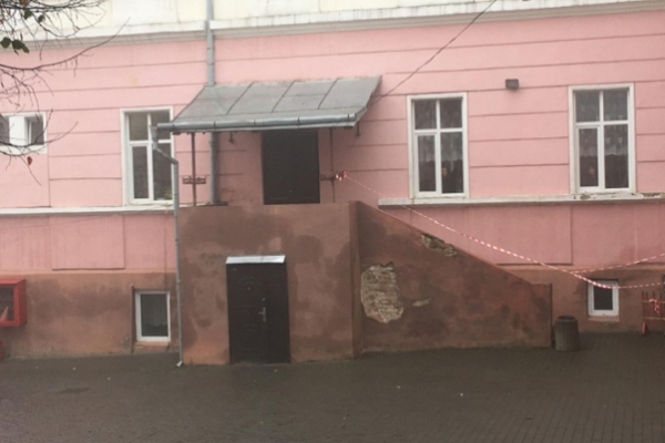 У приміщенні Чернівецької школи №4 повісився двірник (відео)