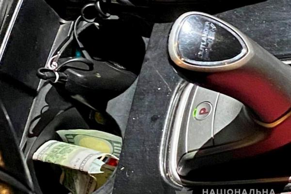 На Буковині водій намагався відкупитися від поліціянтів стодоларовою купюрою
