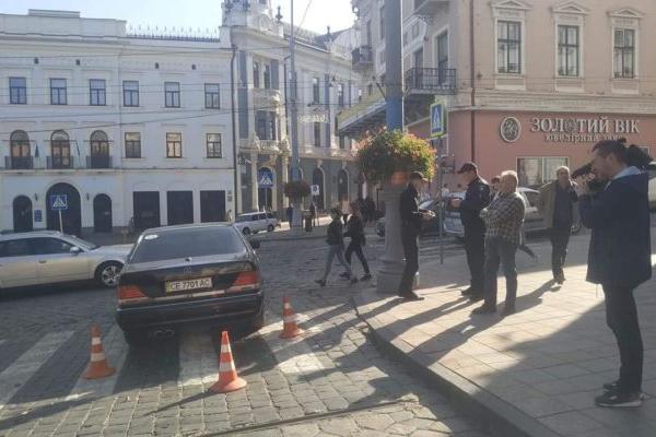 Водій мера Чернівців, який збив бабусю біля Ратуші, відповідатиме перед судом