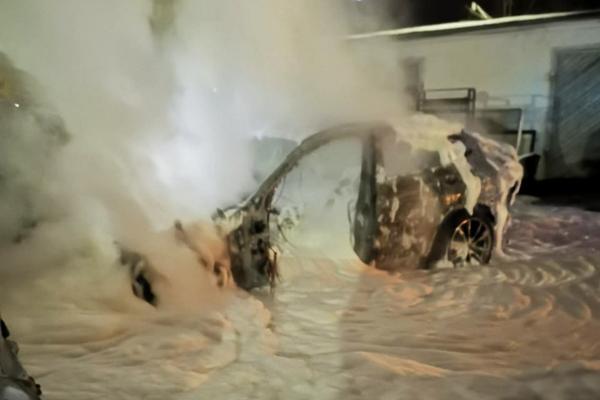 У Чернівцях вщент згоріла іномарка (фото)
