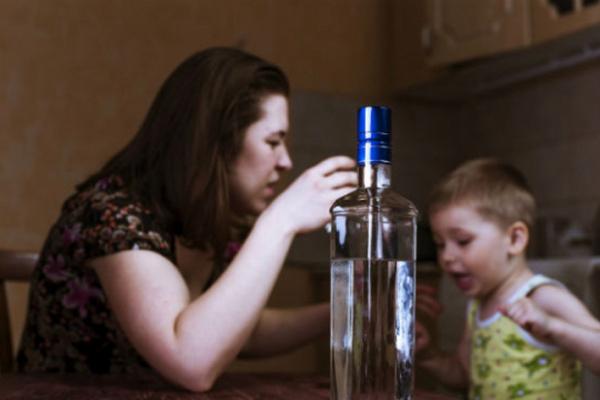 У Чернівцях горе-матір серед ночі розпивала в барі алкоголь при дітях (відео)