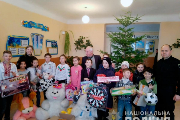 У ролі помічників Святого Миколая поліцейські відвідали школи-інтернати і дитячі будинки Буковини