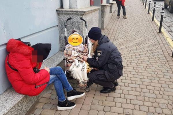 У Чернівцях п'яна матір заснула серед вулиці, поки її дитина бігала по дорозі