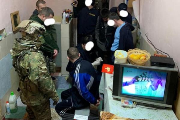 Ув'язнені СІЗО у Чернівцях обшахраювали людей на 200 тисяч гривень