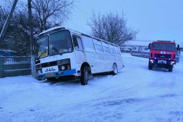 Жертви снігопаду: буковинські рятувальники надали допомогу 11 транспортним засобам