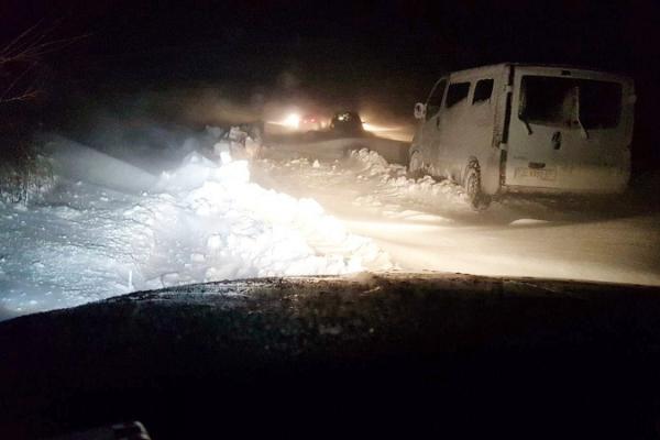 У сніговому полоні на Буковині опинилися 15 авто (фото)