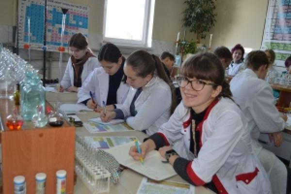 На Буковині триває профільна школа для юних знавців хімії