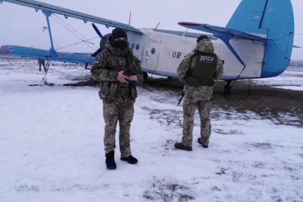 Буковинські прикордонники затримали літак з контрабандою