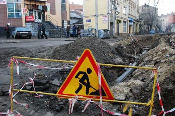 Багатостраждальну вулицю Хмельницького у Чернівцях знову розкопали