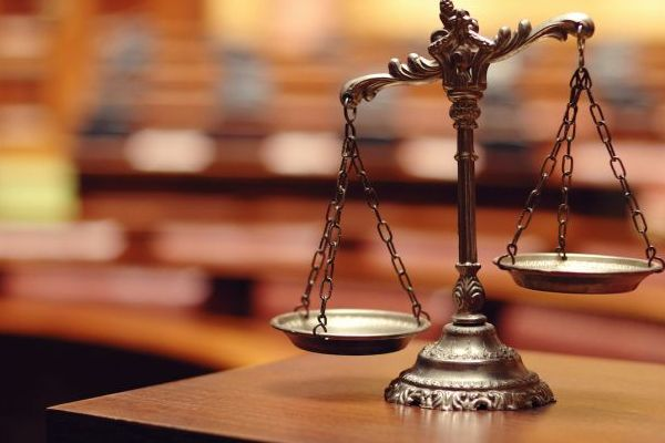 Суд звільнив від покарання чоловіка, який побив чернівецьку патрульну
