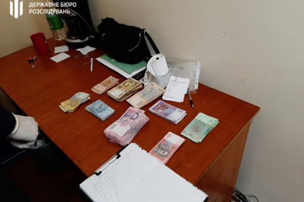 Під час обшуків у міграційній службі Чернівецької області вилучено 150 тис гривень та 5 тис доларів США