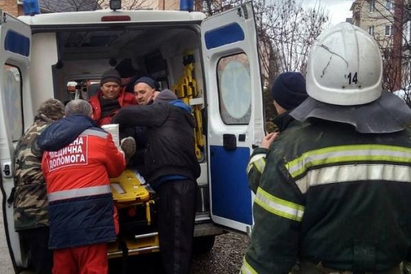 Буковинець впав з даху та серйозно травмувався