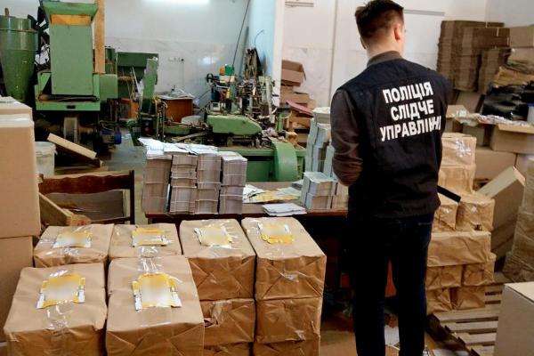 Буковинські правоохоронці припинили діяльність підпільного цеху з виготовлення цигарок (фото, відео)