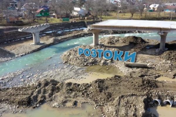 12 років очікування: коли завершать будівництво мостів у Розтоках (відео)