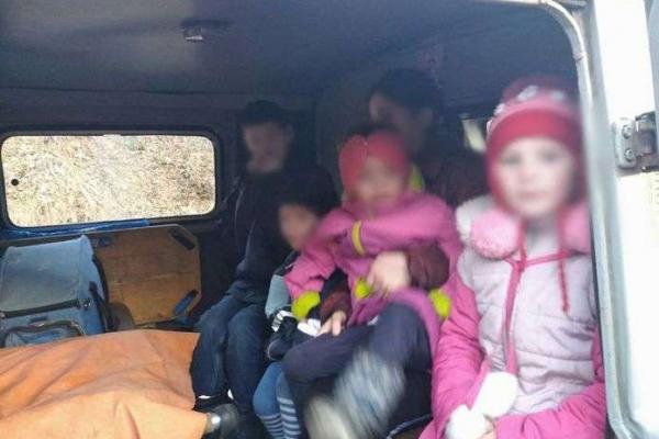 Батьки п'яні, а вдома безлад: на Буковині поліціянти забрали 10 малолітніх дітей з неблагополучної родини