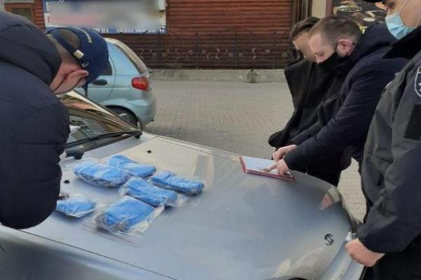 У Чернівцях затримано молодика, який через інтернет продавав маски