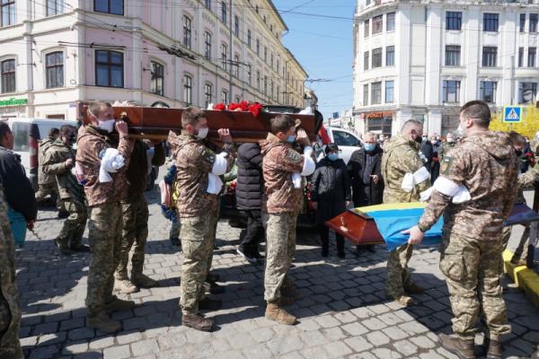 У Чернівцях попрощалися із загиблим на Донбасі офіцером Олександром Меленчуком (фото)