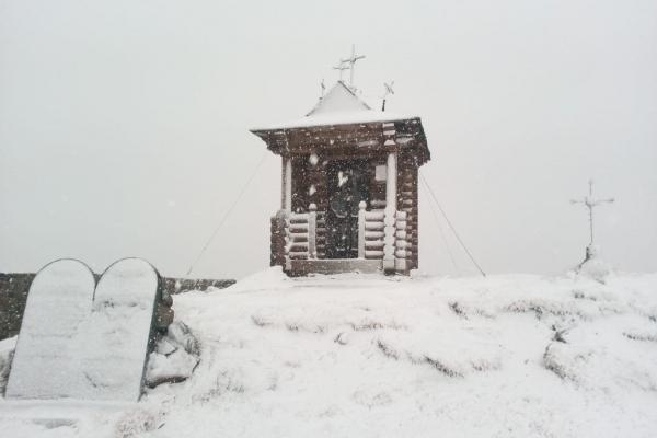 У Карпатах – хуртовина та сніг (Фото)