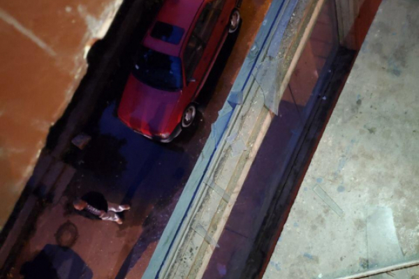 У Чернівцях з вікна багатоповерхівки випав чоловік