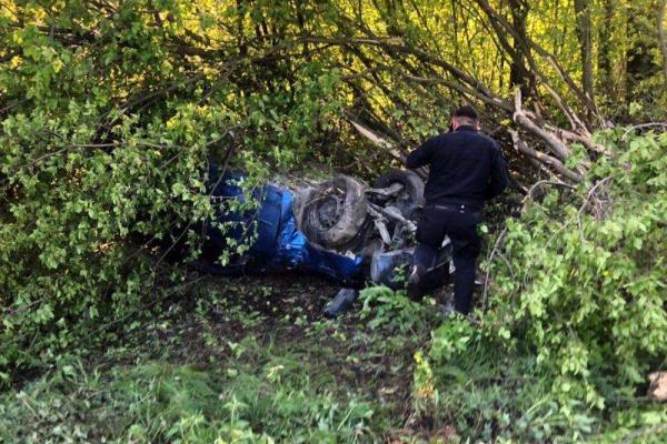 На Буковині перекинулася іномарка: двоє людей постраждали