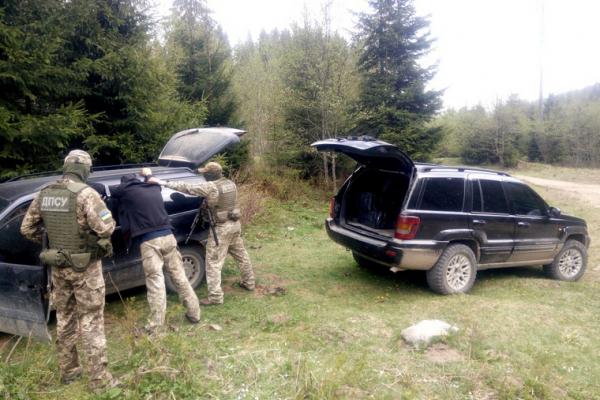 Буковинські прикордонники затримали два позашляховики нашпиговані контрабандою