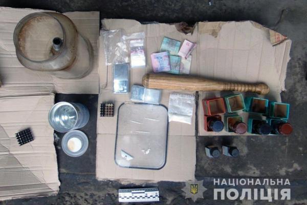 Чернівчанин зберігав у себе в гаражі психотропні речовини та гранати (відео)