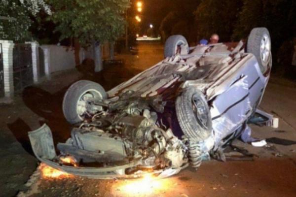 ДТП у Чернівцях:  авто перекинулося після зіткнення зі стовбом
