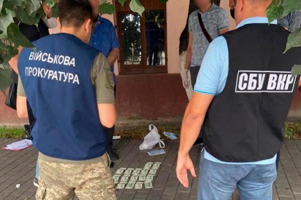 У Чернівцях на хабарі затримали співробітника військкомату