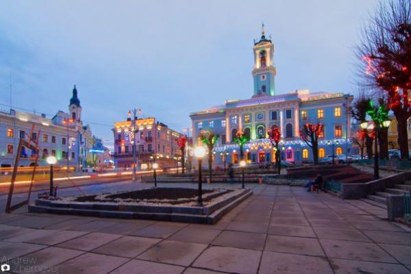 Центральна площа у Чернівцях перетворюється у руїни (відео)