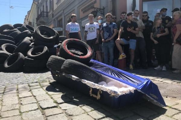 Труна та шини: у Чернівцях поховали дороги (відео)