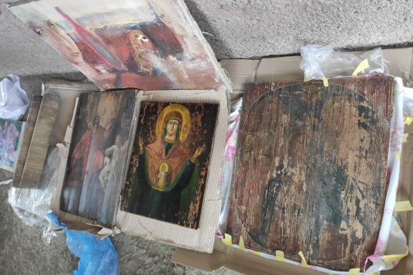 Чернівчанин намагався перевезти старовинні ікони через кордон (відео)