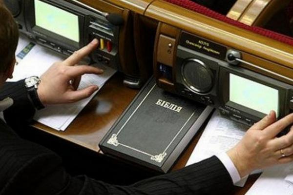 Депутата Чернівецької облради впіймали на кнопкодавстві (відео)
